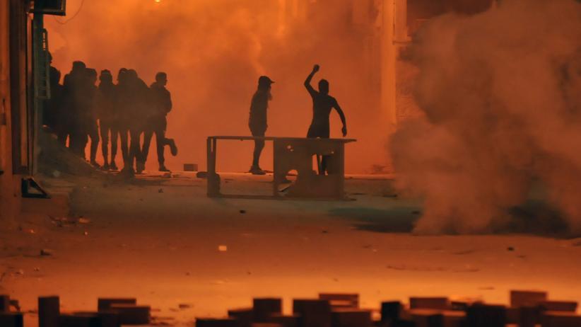 Steuererhöhungen: Tunesische Demonstranten werfen Steine nach Sicherheitskräften.