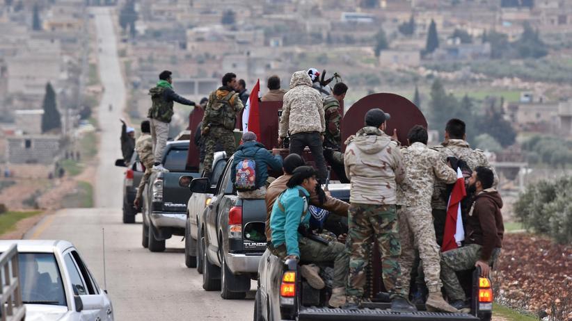 Syrien: Ein Konvoi mit Kämpfern der syrischen Armee bei der Ankunft in der Provinz Afrin