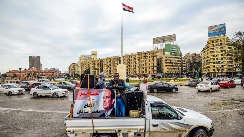 Präsidentenwahl in Ägypten: Unterstützer von Präsident Sissi fahren mit einem Wahlplakat über den Tahrir-Platz in Kairo. Gegner des Präsidenten haben es im Wahlkampf deutlich schwerer.