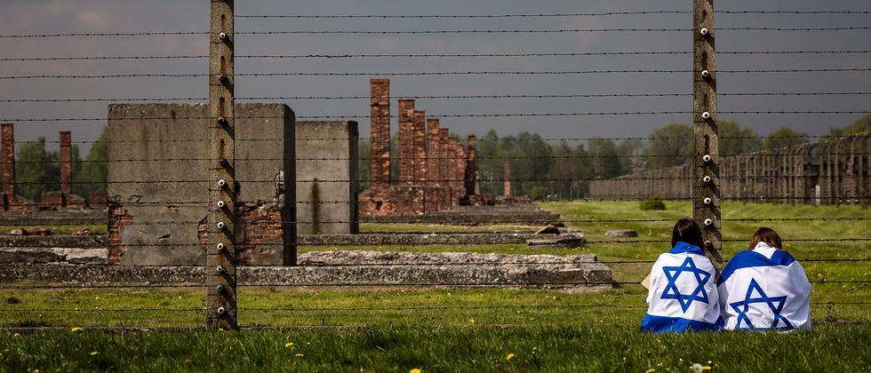 """Teilnehmer der """"Demonstration der Lebens"""" im März 2016 sitzen im Konzentrationslager Auschwitz-Birkenau in Polen."""