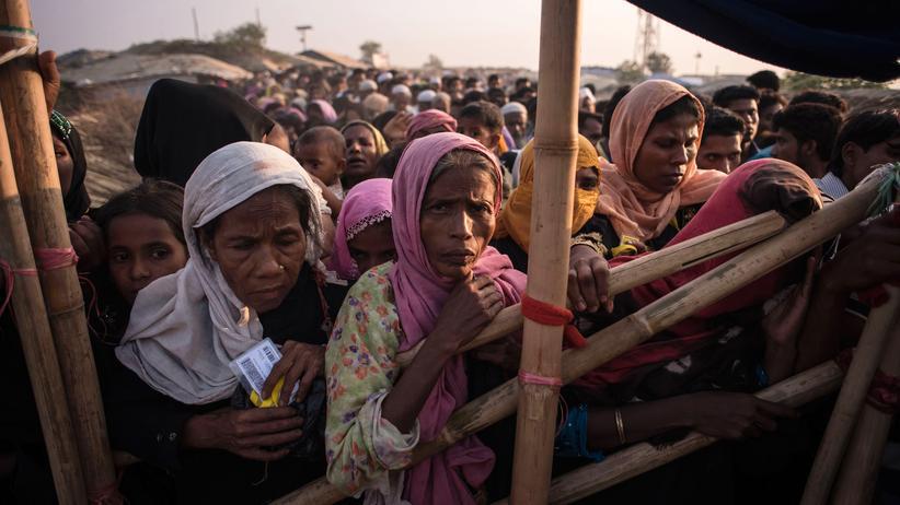 Europäische Union: Rohingya-Flüchtlinge warten im Kutupalong-Flüchtlingscamp auf Cox's Basar auf Lebensmittel, Wasser und Speiseöl.