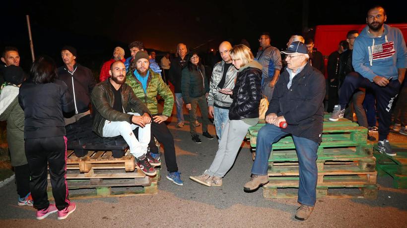Flüchtlingskrise: Die Bewohner Gorinos in der Nacht der Straßensperre auf der Zufahrtsstraße in ihr Dorf