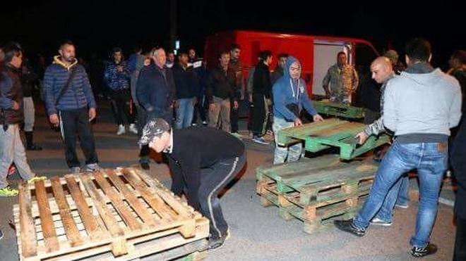 Männer aus Gorino beim Barrikadenbau