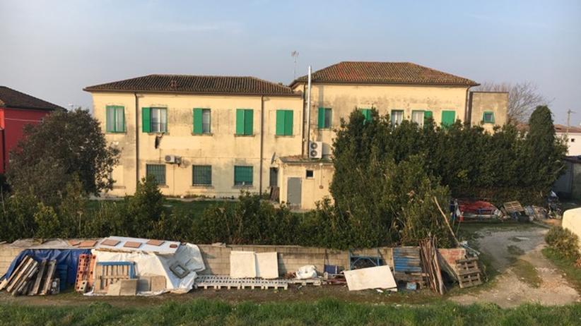 Flüchtlingskrise: Das ehemalige Schulgebäude in Gorino, wo Serena und Angelo ihr Hostel betreiben