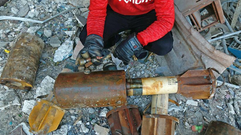 Syrien: Ein Mann hockt neben den Überresten einer Rakete, die auf die Provinz Ost-Gutha in der Nähe von Damaskus abgefeuert wurde.