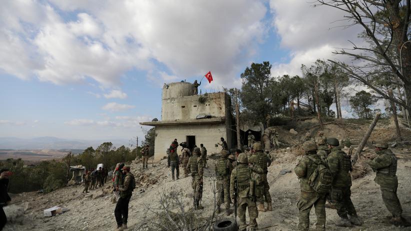 Militäroffensive in Afrin: Türkische Soldaten schwenken ihre Flagge auf dem Berg Barsaja, einem strategisch wichtigen Punkt in Nordsyrien.