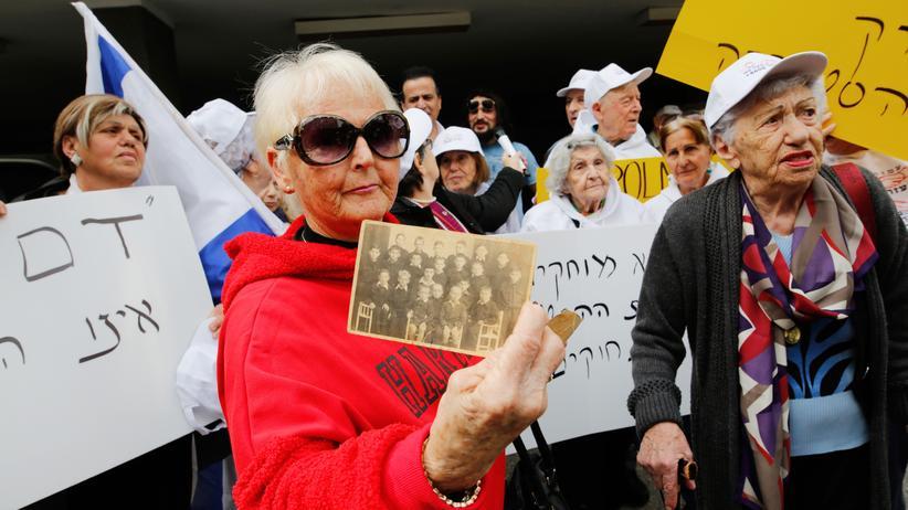 """Polen: Eine Holocaustüberlebende, die in Polen zur Schule gegangen ist, protestiert vor der polnischen Botschaft in Israel gegen das Gesetz, das den Ausdruck """"polnische Vernichtungslager"""" unter Strafe stellt."""
