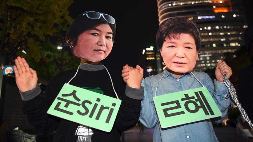Südkorea: Bei den Protesten gegen Südkoreas damalige Präsidentin Park Geun Hye kamen auch Masken von Park (rechts) und ihrer Vertrauten Choi Soon Sil (links) zum Einsatz (Archiv).