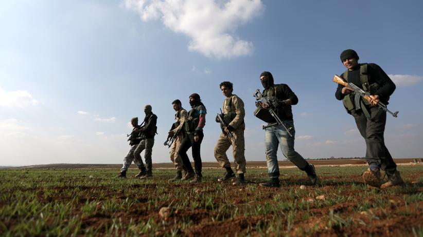 Afrin: Kämpfer der Freien Syrischen Armee, die von der Türkei unterstützt werden, stehen nördlich der Stadt Afrin.