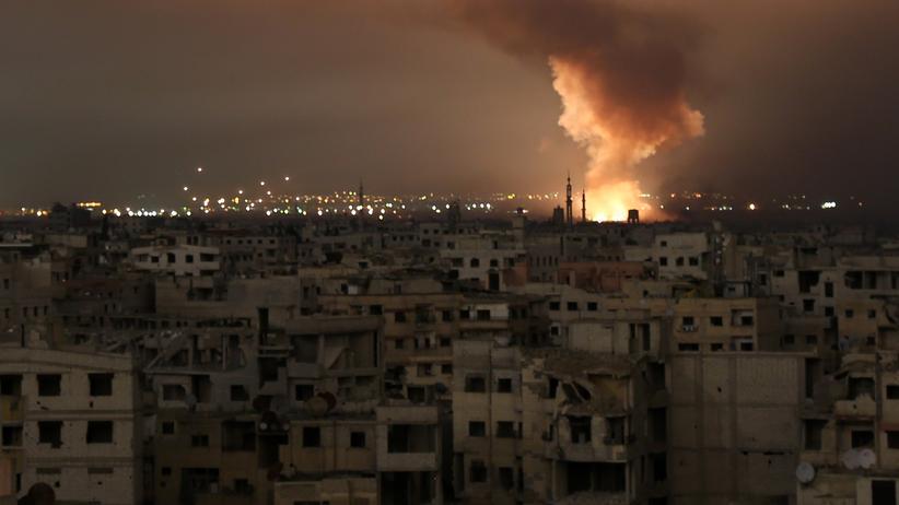Syrien: Brandsäule während der Bombardierung im syrischen Ostghuta