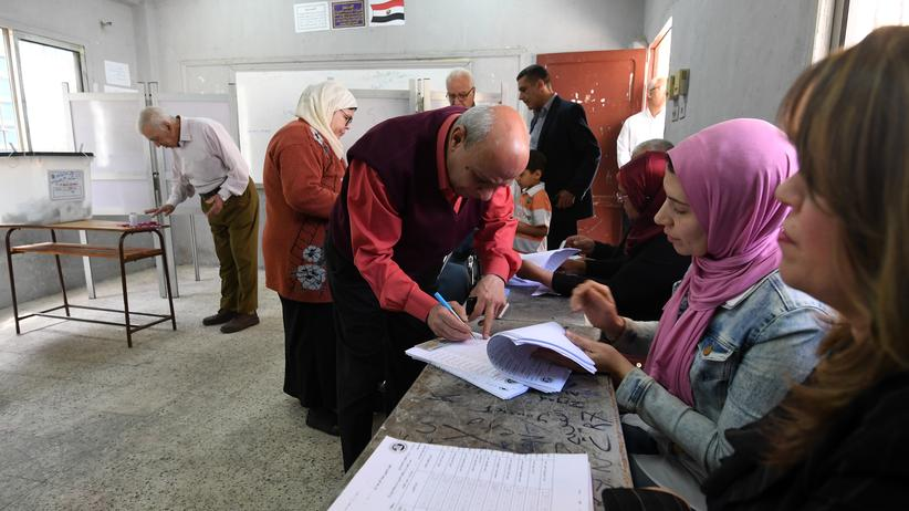 Ägypten: Ein Mann trägt sich in ein Wählerverzeichnis ein, um seine Stimme abzugeben: Aufgenommen in Heliopolis, einem Kairoer Stadtviertel, am 26. März 2018.