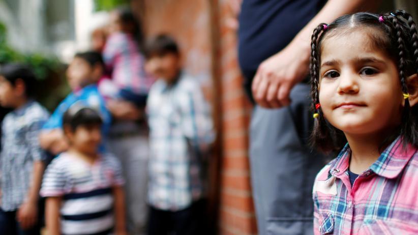 Europäische Union: Zahl der Asylbewerber hat sich 2017 halbiert