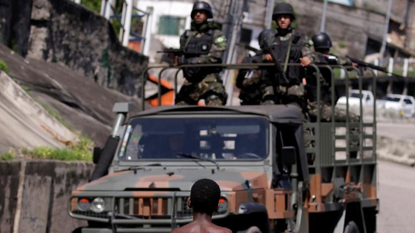 Brasilien: Militärfahrzeug in Rio