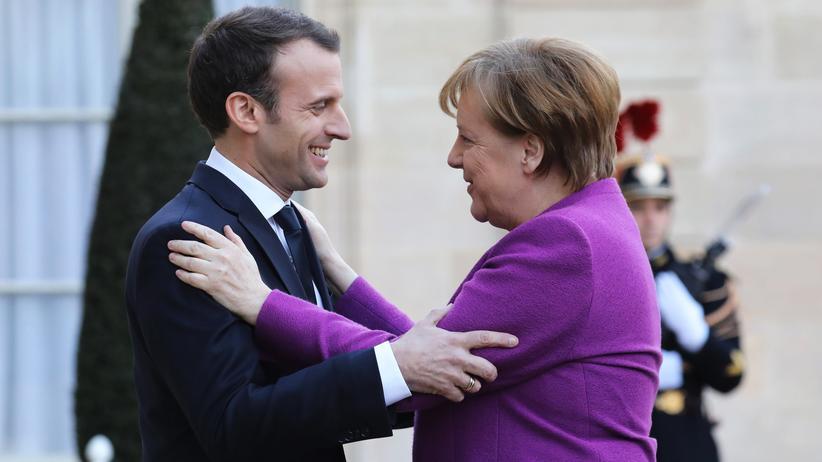Europäische Union: Der französische Präsident Emmanuel Macron begrüßt Bundeskanzlerin Angela Merkel im Élysée-Palast in Paris.