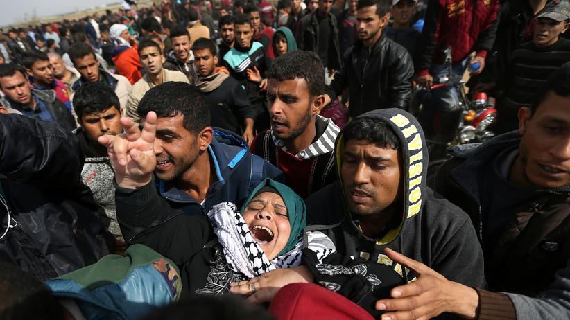 Palästinenser: Eine Verletzte wird während der Zusammenstöße im Gazastreifen geborgen.