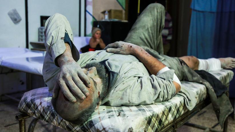 Syrien: Ein Verletzter wartet in der von Rebellen kontrollierten Stadt Duma auf medizinische Versorgung.