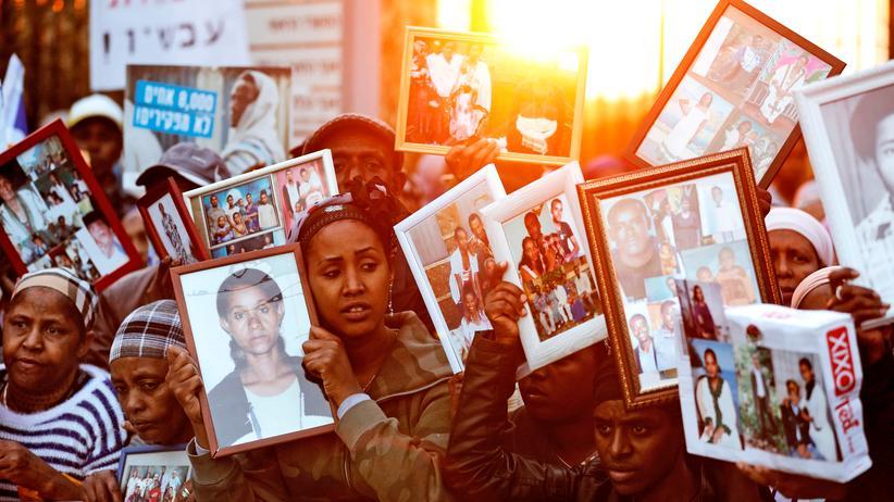 Flüchtlinge: Hunderte Israelis der jüdisch-äthiopischen Gemeinschaft halten vor dem israelischen Parlament Knesset Bilder ihrer in Äthiopien zurückgebliebenen Verwandten hoch, um für deren Nachholung zu demonstrieren.