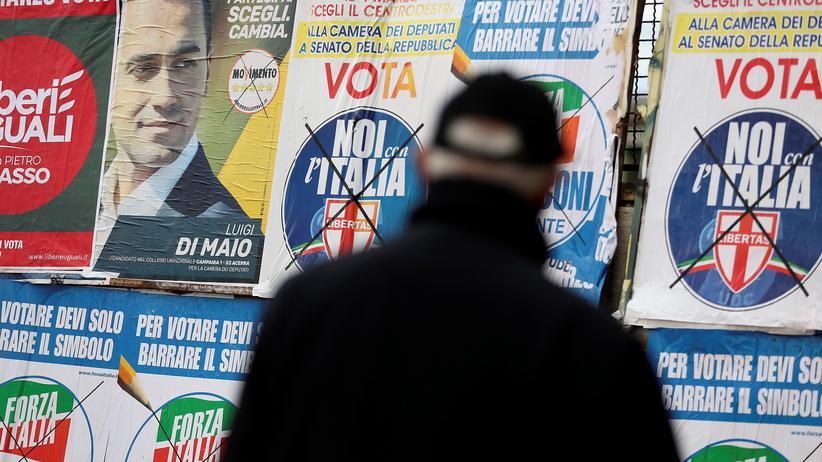 Italien: Wahlplakate in Pomigliano D'Arco bei Neapel: Die Parteien habe große Wahlversprechen gemacht statt ein Sparprogramm zu planen, kritisiert der Ifo-Chef.