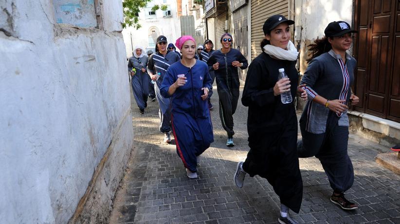 Saudi-Arabien: In der liberaleren Hafenstadt Dschidda verfolgt die Polizei schon jetzt keine Sittenverstöße bei der Bekleidung - Frauen können zum Beispiel joggen gehen, ohne ihr Gesicht und ihr Haar zu verschleiern.