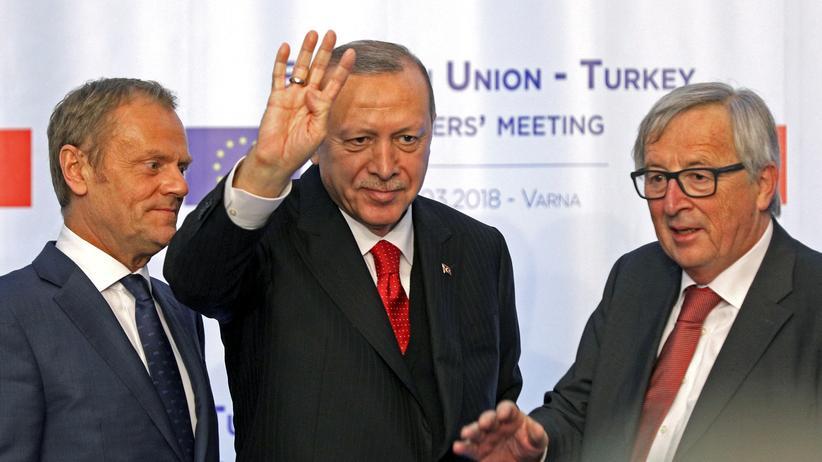 EU-Türkei-Treffen: EU-Ratspräsident Donald Tusk, der türkische Präsident Recep Tayyip Erdoğan und EU-Kommissionspräsident Jean-Claude Juncker (von links nach rechts) bei der Pressekonferenz nach dem Treffen in Bulgarien
