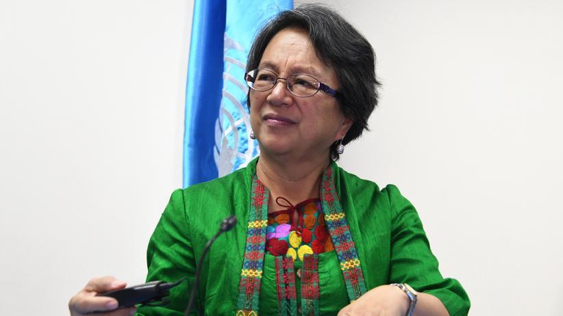 Philippinen: Victoria Tauli-Corpuz 2017 bei einer Pressekonferenz in Tegucigalpa in Honduras, wo sie als UN-Sonderberichterstatterin unterwegs war