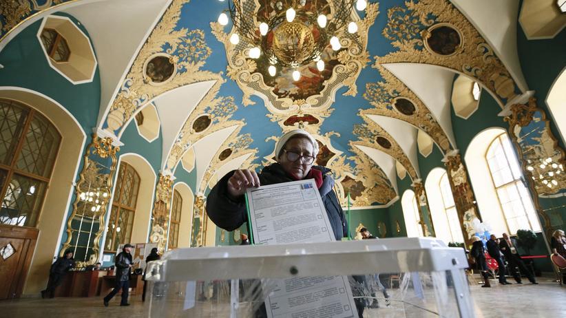 Wahl in Russland: Eine Wählerin gibt ihre Stimme bei der Präsidentenwahl in Moskau ab.