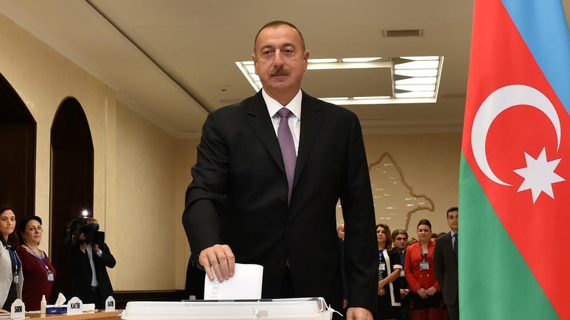 Aserbaidschans amtierender Präsident Ilcham Alijew bei seiner Stimmabgabe in Baku