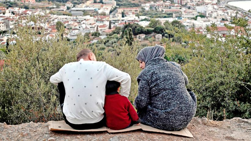 Flüchtlinge: Eine Familie auf einem Hügel auf der griechischen Insel Samos