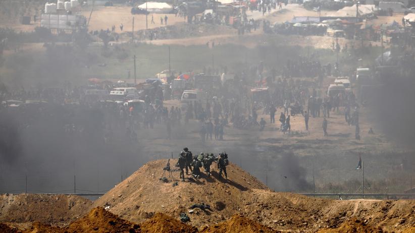 Hamas: Israelische Soldaten am Grenzzaun zu Gaza: Palästinenser haben Autoreifen angezündet, um Scharfschützen die Sicht zu nehmen.