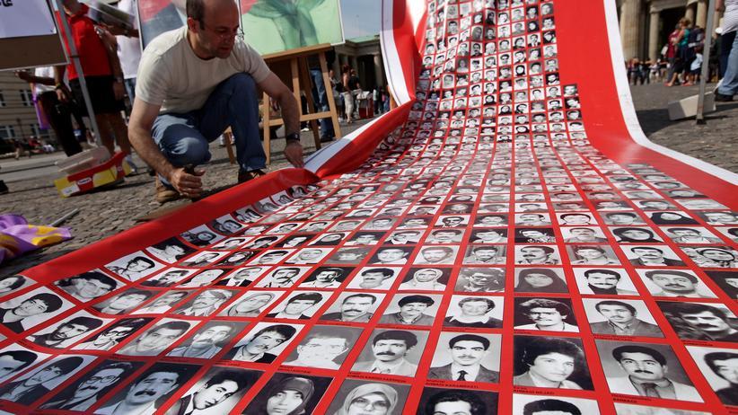 Gefängnismassaker von 1988: Eine Protestaktion in Berlin zeigt Porträts von Opfern der Massaker von 1988