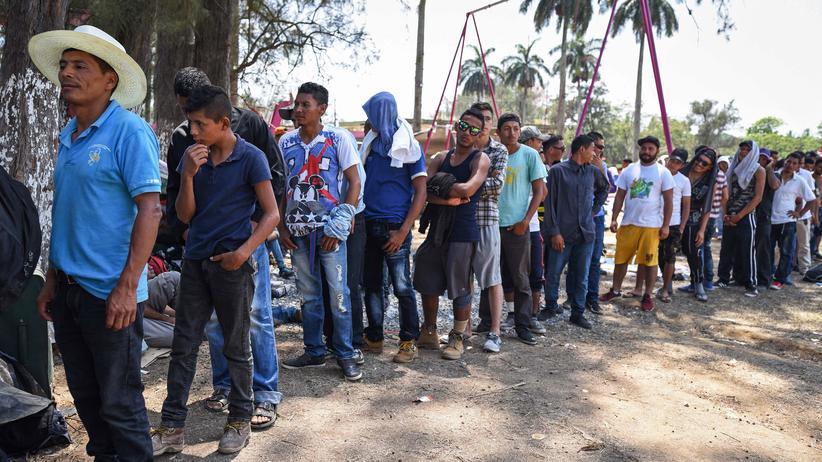 """Mexiko: Teilnehmer des """"Kreuzwegs der Migranten"""" stehen um eine Mahlzeit an: aufgenommen am Montag, den 2. April 2018, im Ort Matías Romero, Bundesstaat Oaxaca, Südmexiko."""