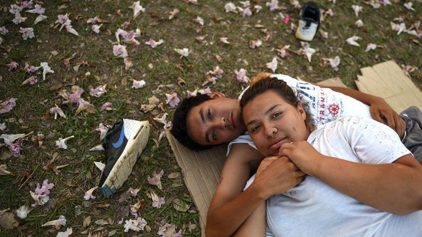 """Mexiko: Ein Paar, das im """"Kreuzweg der Migranten"""" mitgeht, ruht sich auf dem Sportplatz von Matias Romero aus."""