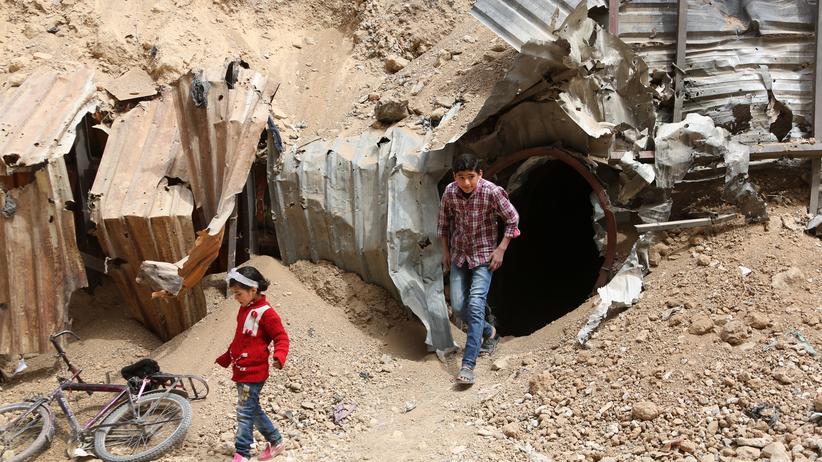 Giftgasangriff: Kinder vor einem Eingang eines unterirdischen Tunnelsystems in Duma, in dem sich die Menschen vor den Luftangriffen in Schutz gebracht haben