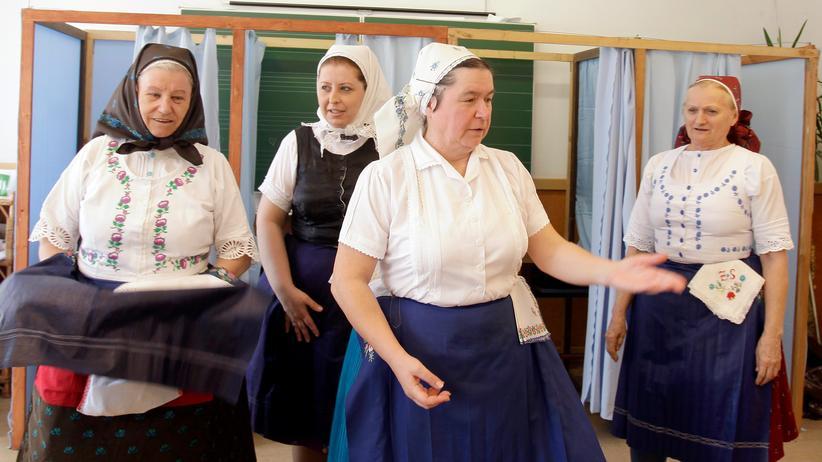 Parlamentswahlen in Ungarn: Frauen in traditioneller Kleidung geben ihre Stimme in einem Wahllokal in Veresegyház in der Nähe von Budapest ab.
