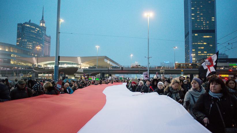 Polen: Demonstration am 23. März 2018 in Warschau: Sogar Anhängerinnen der Regierungspartei PiS sind gegen die Verschärfung der Abtreibungsgesetzgebung.