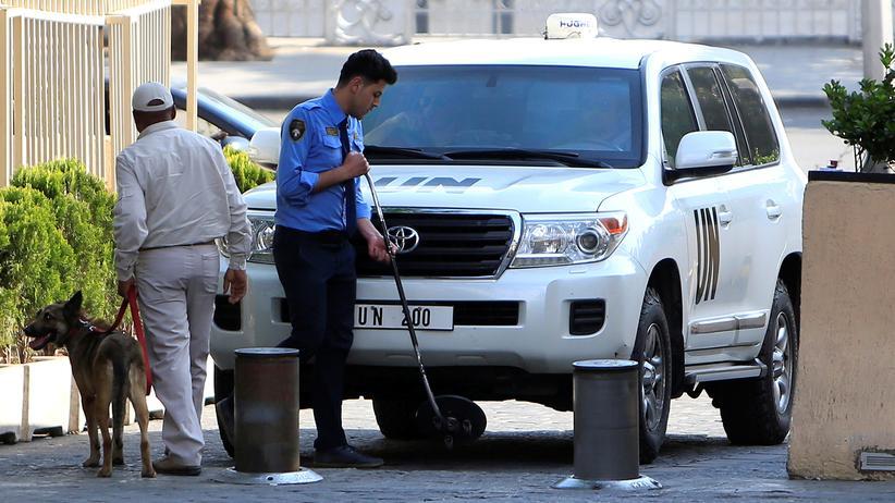 Giftgasanschlag: Das Fahrzeug, mit dem die OPCW-Inspekteure am vergangenen Samstag in Damaskus angekommen sind, wird kurz danach auf Sprengstoff untersucht.