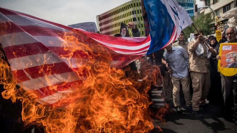 Atomabkommen: Nach der Entscheidung Donald Trumps, den Atomdeal mit Iran aufzukündigen, verbrennen Demonstranten in Teheran eine amerikanische Fahne.