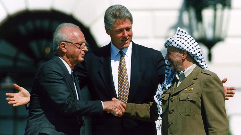 Nahostkonflikt: 13. September 1993 im Weißen Haus: Israels Premier Jithzak Rabin (l.)  und Palästinenserführer Jassir Arafat geben sich im Beisein von US-Präsident Bill Clinton die Hand.