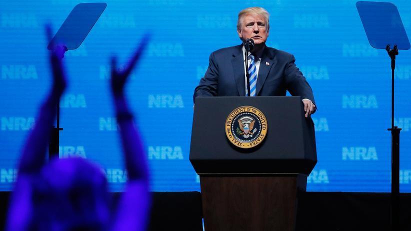 Trump bei der NRA: Vor 80.000 NRA-Anhängern ignoriert Trump die Versprechen, die er den Parkland-Überlebenden gemacht hat.