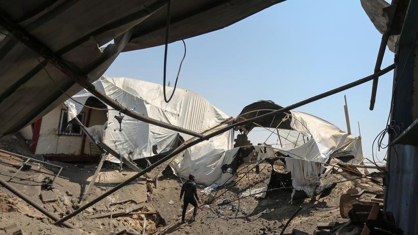 Gazastreifen: Ein Mann inspiziert die Schäden nach einem israelischen Militärschlag im Gazastreifen.