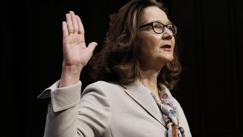 US-Geheimdienst: Gina Haspel wird vor der Anhörung im US-Senat vereidigt.