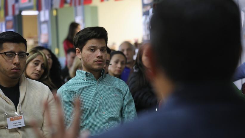 US-Einwanderung: Viele der Einwanderer aus Honduras, die die USA in den kommenden 18 Monaten verlassen sollen, haben einen Großteil ihres Lebens in den Staaten verbracht – wie der 19-jährige Michael Hernandez, hier bei einem TPS-Workshop mit Anwälten in Connecticut.