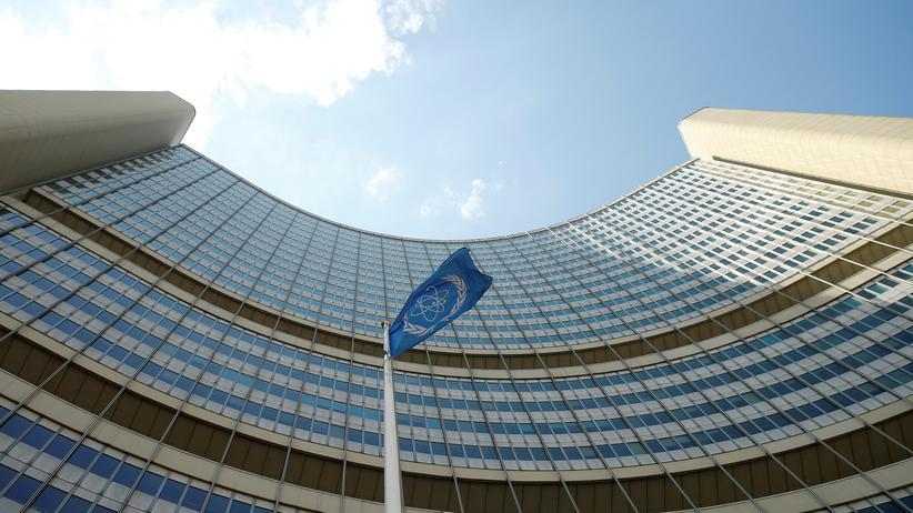 Atomabkommen: Die Fahne der Internationalen Atomenergiebehörde (IAEA) vor ihrem Sitz in Wien
