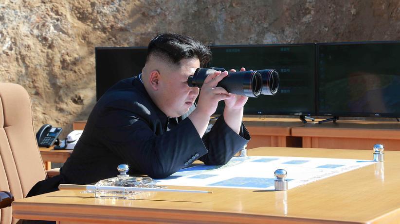 Nordkorea: Laut der staatlichen Nachrichtenagentur Nordkoreas beobachtet Staatschef Kim Jong Un hier im Juli 2017 den Start einer Hwasong-14-Rakete.