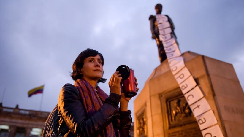Kolumbien: Vor dem Kongress in Bogotá machen Demonstranten Lärm mit Küchenutensilien. Sie wollen das Parlament dazu bringen, Gesetze zu verabschieden, die der Umsetzung des Friedensabkommens mit der Farc dienen sollen. Die Aufnahme entstand im vergangenen November.