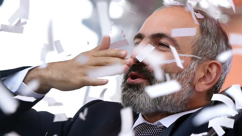 Nikol Paschinjan: Nikol Paschinjan lässt sich nach seiner Wahl zum armenischen Premier auf dem Republikplatz in der Hauptstadt Jerewan feiern.