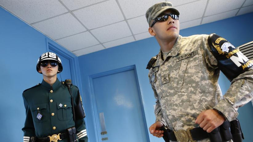Korea-Konflikt: Ein US-Soldat mit einem südkoreanischen Grenzsoldaten in der entmilitarisierten Zone in Panmunjom