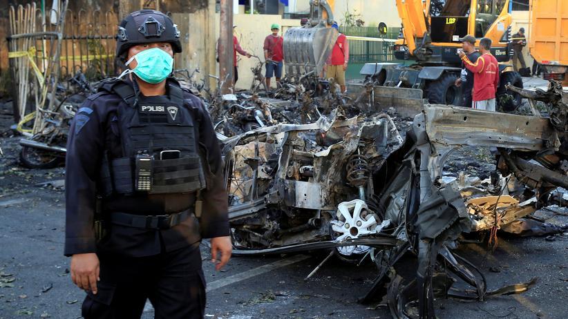 Surabaya: Ein indonesischer Polizist steht in Surabaya an einem der Anschlagsorte vom Sonntag.