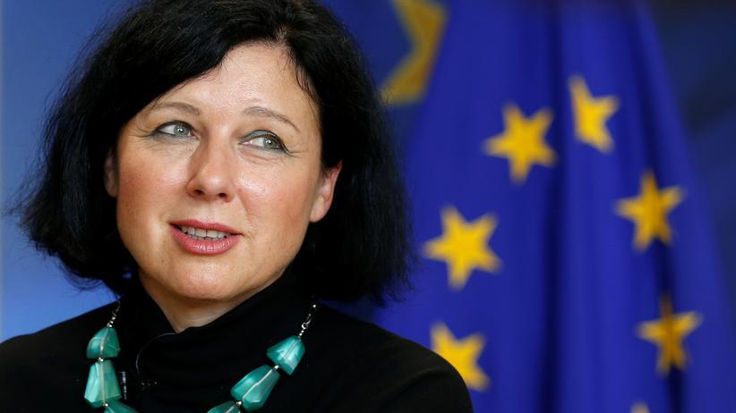 Die EU-Kommissarin Věra Jourová fordert besseren rechtlichen Schutz für Whistleblower.