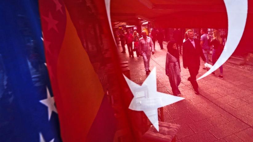 Deutsch-türkische Wähler: Die türkische und bosnische Flagge vor dem Baščaršija Platz, wo Erdoğan um die Stimmen der in Europa lebenden Türken warb